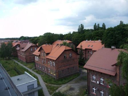 Zdjęcie przedstawiające nowe dachy w kamienicach przy Głowackiego 1,3, Kościuszki 8 oraz Furgoła 39. Zdjęcie wykonane po usunięciu azbestu.