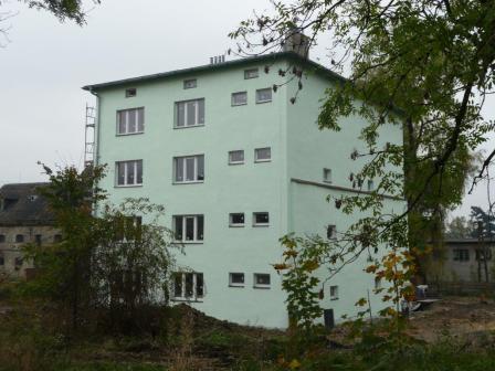 Zdjęcie przedstawiające wyremontowany dawny budynek administracyjny w Bełku przy ulicy Majatkowej 5 zagospodarowany na mieszkania socjalne.